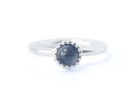 Zilveren ring met bolletjesrandje en zwarte parel
