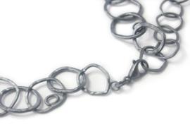 Gezwart zilver collier met grove ringen
