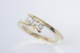Geelgouden ring met 3 diamanten