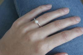 Zilveren ring met gouden bolletjesrand en witte parel