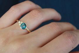 Asymmetrische gouden ring met London Blue Topaas en diamanten