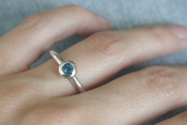 Zilveren ring met London Blue Topaas in bol-zetting