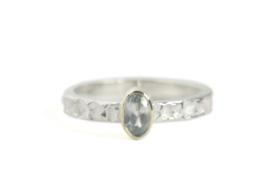 Zilveren structuur-ring met gouden zetting en Zirkoon