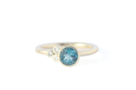 Asymmetrische gouden ring met London Blue Topaas en diamanten
