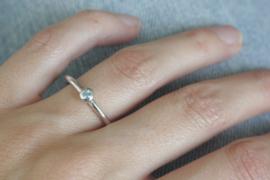 Zilveren ring met 'Sky Topaas' in bol-zetting