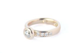 Ring van omgesmolten goud met diamant in donut-zetting