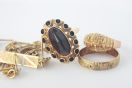 Moderne broche met symbolische betekenis van 'oud goud'