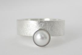 Zilveren ring 'Halverwege' met parel