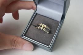 Ring met initialen M en X