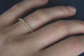 Getordeerde ring van gerecycled goud