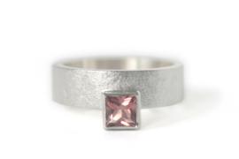 Ring 'Halverwege' met vierkante Toermalijn