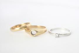 Trouwringen van 'oud goud' en verlovingsring voor A&P