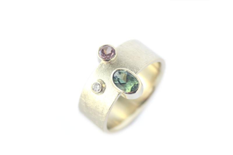 Ring van oud goud met Toermalijn, Granaat en diamant