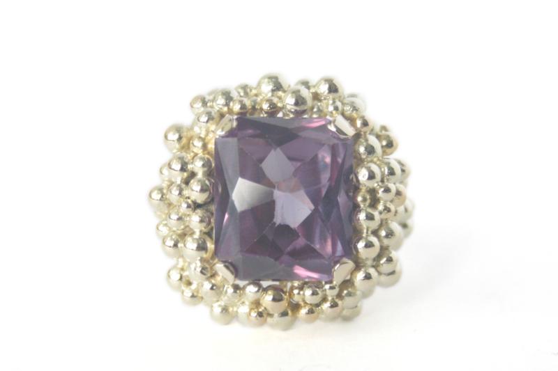 Geelgouden bolletjes-ring met paarse steen