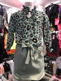 Lederlook rok met leopard blouse.