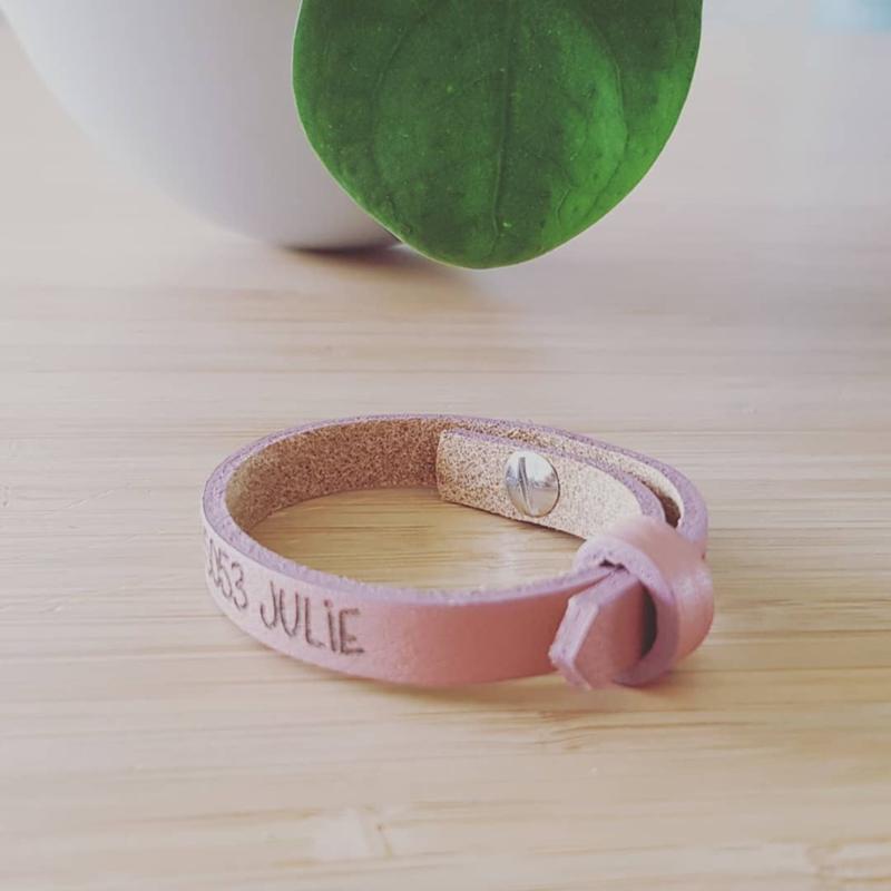 Leren armbandje roze