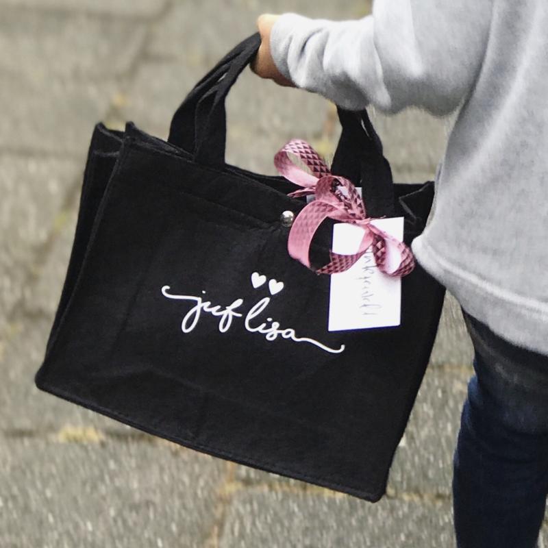 Vilten tas met naam Juf + hartjes