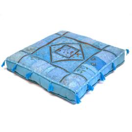 Patchwork vloerkussen blauw tinten, met kwastjes.