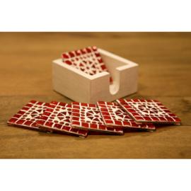 Onderzetters rood en oranje mozaïek in houten box.