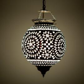 Oosterse hanglamp met zwart-wit  mozaïek.
