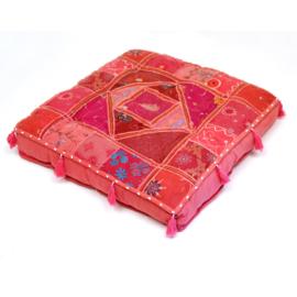 Patchwork vloerkussen roze tinten, met kwastjes.