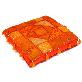 Patchwork vloerkussen oranje tinten, met kwastjes.