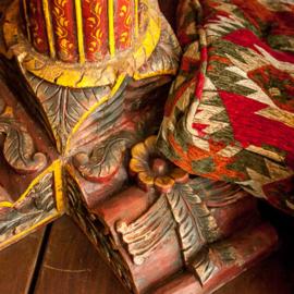 Kelim vloerkussen in rood en beige tinten.