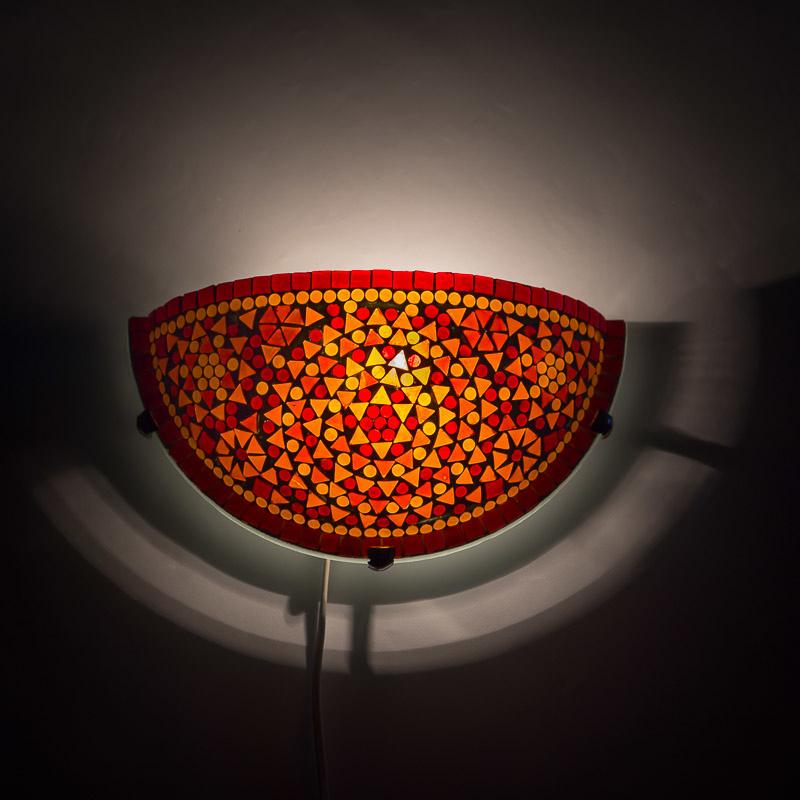 Mozaïek wandlamp halve maan, rood en oranje glas.