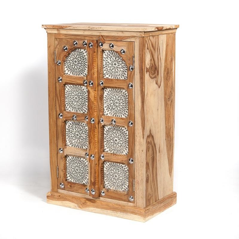 Oosterse kast met transparante mozaïek panelen.