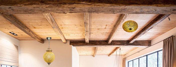 bruin en beige mozaiek verlichting op een balken plafond