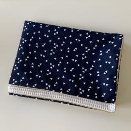 Kant en klaar babydeken 70cm x 100cm - Driehoekjes donkerblauw-wit - witte wafelkatoen