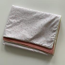 Kant en klaar babydeken 70cm x 100cm - confetti stipjes roze-goud - roze wafelkatoen