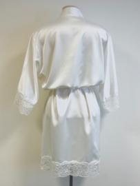 Kimono afgewerkt met kant
