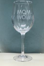 Wijnglas met geëtste  tekst WOW