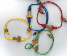 Armbandje in diverse kleuren  met Tau-kruisje