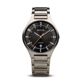 Bering horloge classic brushed Titanium Grijs Zwart 11739-772