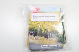 Busch maisveld en veld zonnebloemen