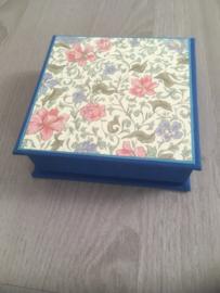 blauw met bloemenpapier