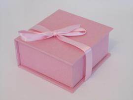 licht roze met strik