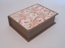 bruin met bloemen papier