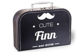 Koffertje met naam en geboortejaar | Moustache