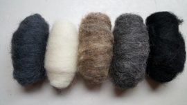 Gekaarde wol assorti zwart wit grijs gemeleerd (nr 150)