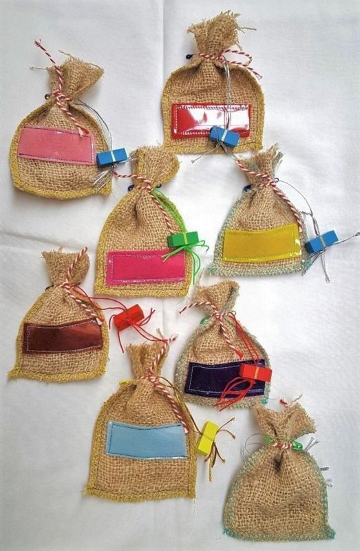 Naambadge, jute zakje met cadeautje, ook leuk als adventskalender