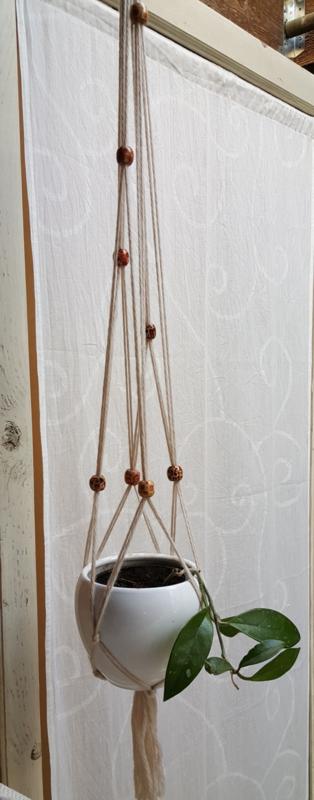 Plantenhanger met grote houten kralen