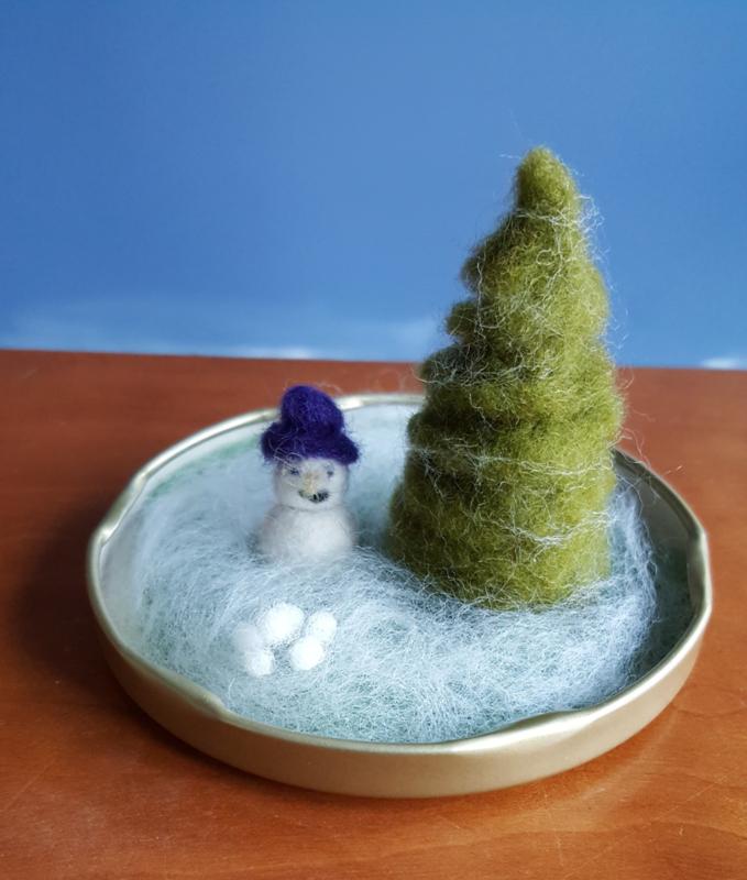WINTER: winterlandschapje kerstboompje en sneeuwpopje naaldvilten en natvilten