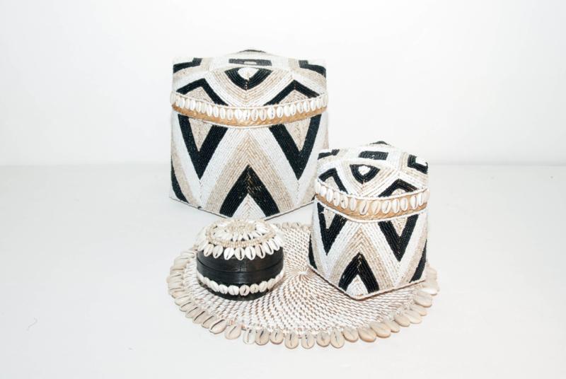 Offermand hoog model kraaltjes/schelpjes zwart/creme/wit