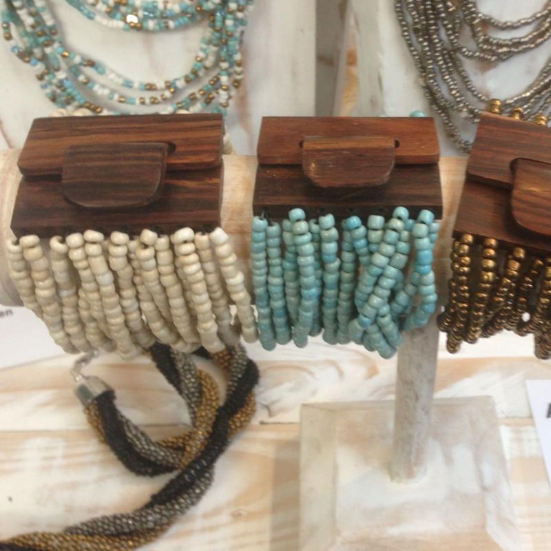 Armband met houten sluiting