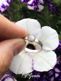 Zilveren gehamerde ring met Grijze Maansteen