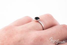 Handgemaakte ring met Onyx, sterling zilver, 6mm stapelring