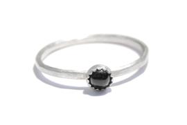 Handgemaakte ring met een 4mm Onyx cabochon